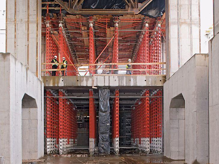 Kraftwerk Belchatow, Polen - Kombinierte HD 200 Stützensegmente aus Stahl und Alu lassen die auftretenden Lasten optimal abtragen. Gleichzeitig wurde Arbeitsraum geschaffen und die Montagezeiten reduziert.