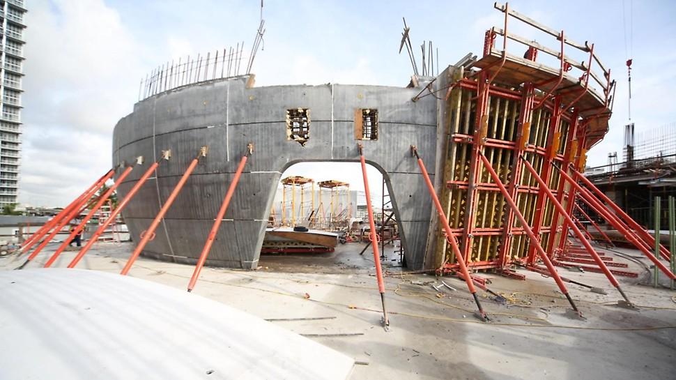 VARIO Schalungen auf VARIOKIT-Konstruktion für den Bau der konkav geformten Wände