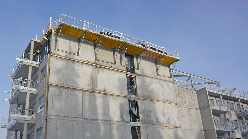 FB 180 -niveltyötasot holvien reunoilla työtasoina ja reunasuojina.