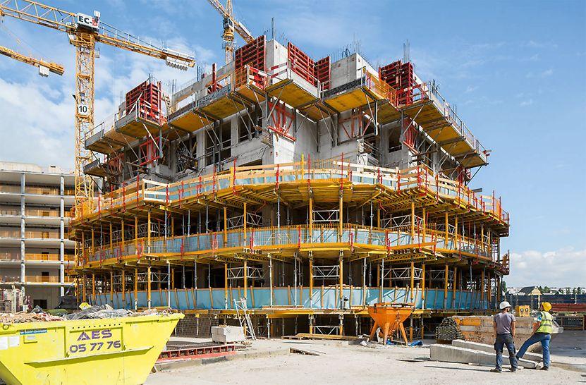 """""""Viertel Zwei – Rondo"""" Obytný park: Stěny, bedněné v předstihu systémem TRIO 330, umístěné na lávkách FB 180, které jsou posunovány i s bedněním směrem vzhůru, rozdělují práce na stěnách a stropech i nákladnou výrobu vyložených balkónů."""