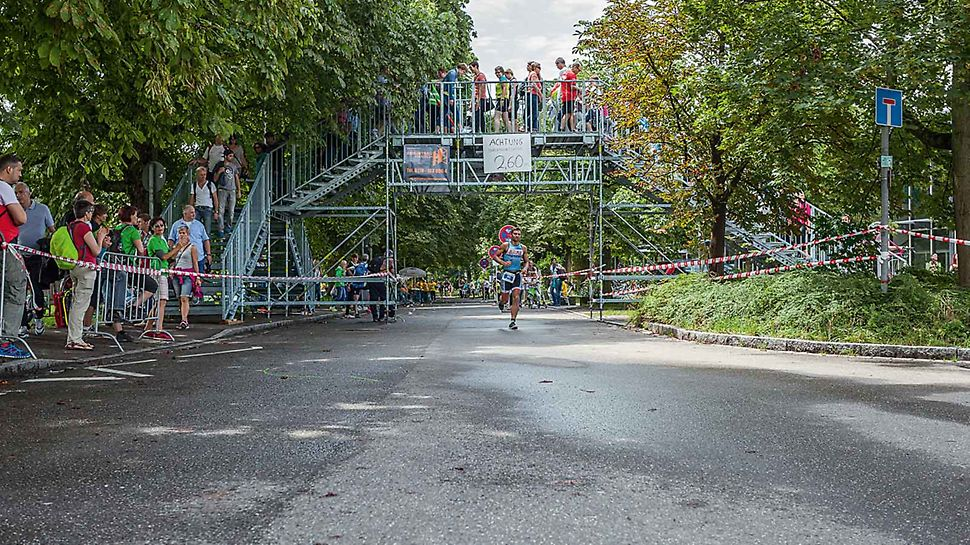PERI UP Rosett openbare trap voetgangersbrug: Tijdelijke voetgangersbruggen kunnen ook individueel worden aangepast om de verwachte menigten veilig op te vangen.