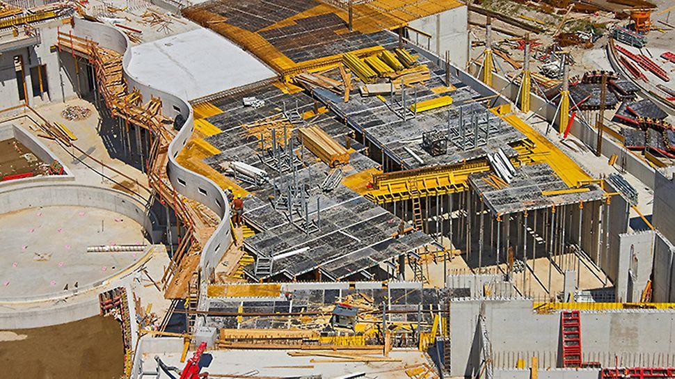 St. Martins Therme & Lodge: Stropní desky podlaží s konstrukční výškou někde až 5 m a tloušťkou až 55 cm byly budovány s pomocí lehkého hliníkového stropního bednění SKYDECK s padacími hlavami.