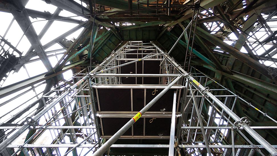 Для проведения демонтажа внутри шпиля собрана и установлена башня из строительных лесов PERI