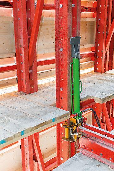 Turnul din Varșovia - Panourile de protecție perimetrale aferente sistemului cățărător RCS au fost echipate cu trei platforme de lucru ce permit accesul pentru realizarea cofrajului lateral al planșeului și, de asemenea, asigură suficient spațiu de lucru pentru operațiunile de pre-tensionare. Unitățile cățărătoare mobile ridică panourile de protecție (ghidate pe șine) la pas de 50 cm, din planșeu în planșeu.