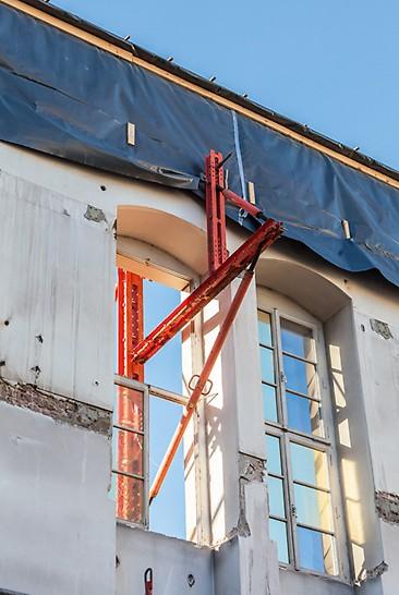 Ans Museumsfenster angepasste Fassadenabstützung mithilfe der VARIOKIT Systembauteile.