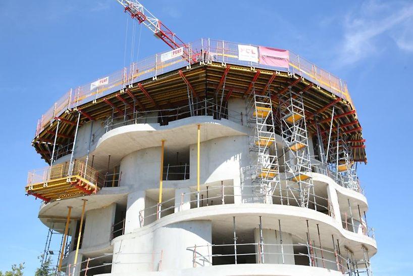 Architecture remarquable avec des formes arrondies et des balcons décalés