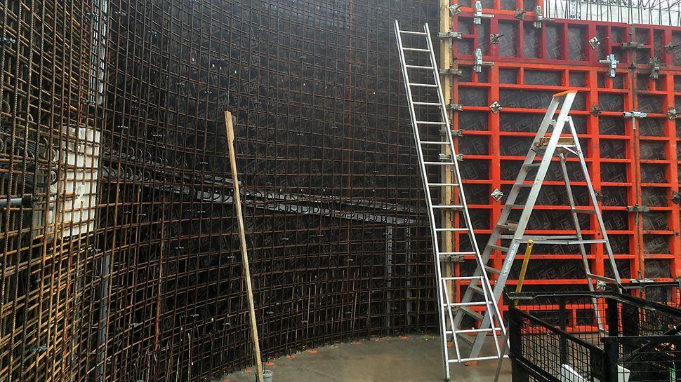 Voor de trapkern in zichtbeton werd MAXIMO wandbekisting gebruikt.
