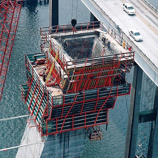 Arthur Ravenel Jr. Bridge, Charleston, USA - Bis zum Neigungswechsel der Pylonbeine mussten insgesamt 11 Takte mit Höhen von jeweils 4,15 m betoniert werden.