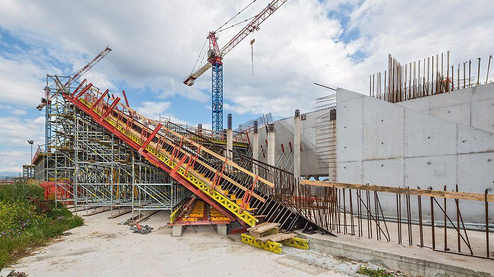 """Nádraží """"Porta del Sud"""": Stěnové bednění VARIO GT 24 a modulové lešení PERI UP dokazují schopnost výborné přizpůsobivosti – také u pohledových ploch z betonu."""