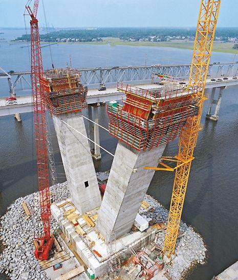 ACS V lässt sich vor- und rückgeneigten Pfeilern für Pylone anpassen. Die Arbeitsbühnen sind – unabhängig vom Neigungswinkel – immer horizontal.
