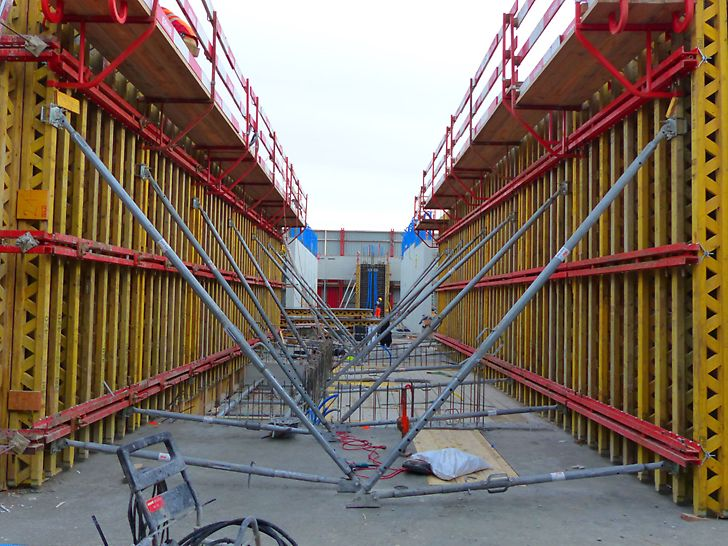 Biozentrum Uni Basel - Sicht auf 2 parallelen VARIO GT24 Wandschalungsetappen