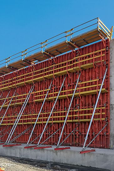 Unter Einsatz von bis zu 75 m² großen TRIO Einheiten wurden nicht nur die Tankwände, sondern auch alle Wände der Pumpstation sowie die Betoneinhausungen der Rohrleitungen schnell und wirtschaftlich geschalt.