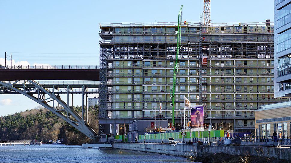 Brohuset kommer att fungerar som ljudbarriär för resten av Liljeholmskajen. I bakgrunden syns gamla och nya järnvägsbron.