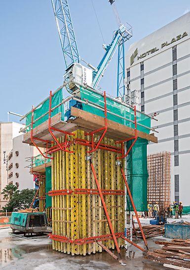 JKG Tower, Jalan Raja Laut, Kuala Lumpur - Säulen mit Querschnitten von bis zu 1,50 m x 2,00 m werden mit der VARIO GT 24 Säulenschalung in Form gebracht. Auch hohe Frischbetondrücke lassen sich mit diesem variablen System sicher abtragen.