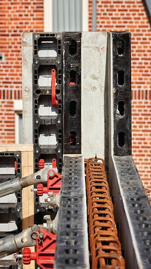 Maison privée Vadribo à Stekene : Plus besoin de travaux de menuiserie grâce au coffrage DUO. Les panneaux se clipsent facilement à l'aide des connecteurs DUO rouges.