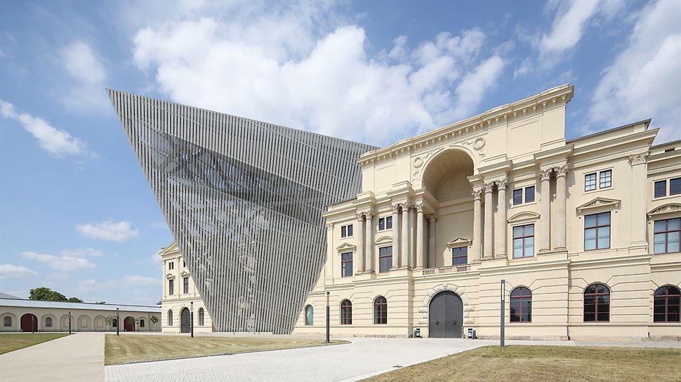 Der keilförmige, asymmetrische Neubau durchdringt den massiven, klassisch gegliederten Altbau und verändert dadurch nicht nur die äußere Gestalt, sondern auch das innere Raumgefüge grundlegend.