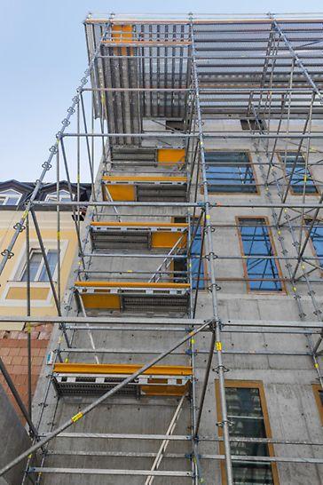 Rekonstrukce a vestavba hotelu Evropa, Mariánské Lázně: Součástí konstrukce bylo i výstupové pole ze systému PERI UP Rosett Flex s žebříky.