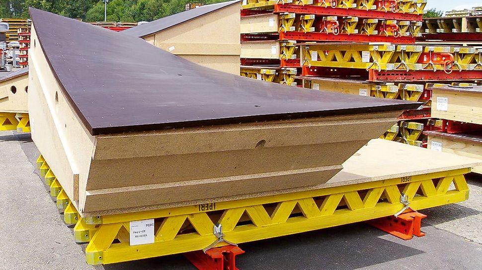 Die komplexe Geometrie der Oberflächen der Schalungselemente erforderte besondere Qualitätsarbeit von der PERI Schalungsmontage im Vereinigten Königreich und in Deutschland. Das Element besteht aus: 2 Lagen mit 4 mm starker Schalungshaut, Konstruktion aus 21 mm starker Holzlattung, Knaggenkonstruktion aus miteinander verzahnen Spanplatten, VARIO Grundpaneel aus SRU Riegeln, GT 24 Schalungsträgern und einer 21 mm starker Schalungsplatte.