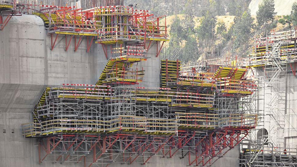 """Aproveitamento Hidroeléctrico de Ribeiradio-Ermida - Cofragem PERI """"Vario"""" para execução de pilares e paramento inclinado; Cimbre PERI UP """"Rosett"""" para escoramento da cofragem; Consolas SB-A0+A+B+C para apoio do cimbre e da cofragem."""