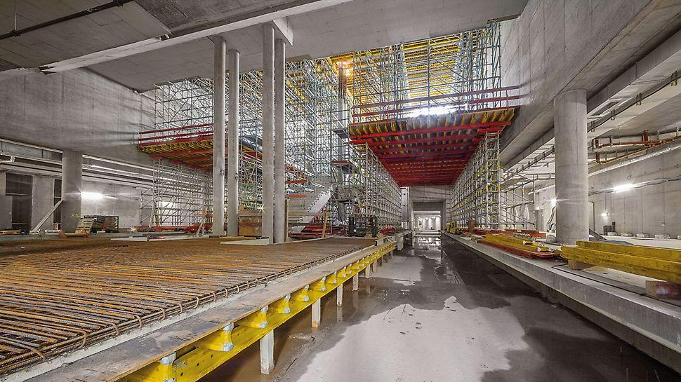 Satellitenterminal Flughafen München, Deutschland - Das äußerst flexible Modulgerüst PERI UP lässt sich dank konsequentem 25-cm-Raster optimal an die abzutragenden Lasten anpassen. Die Kombination mit anderen mietbaren Systembauteilen aus dem umfassenden PERI Produktportfolio sorgt für die äußerst wirtschaftliche Erfüllung aller Anforderungen.