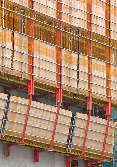Hotel Mélia, La Défense: Ochranné mříže bezpečnostního systému PROKIT, nasazené vždy na celou výšku místnosti. Aby byly zároveň chráněni i chodci, jak bylo vyžadováno, byl PROKIT ještě zakryt plachtami.