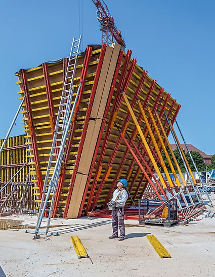 Die Schalungslösung von PERI im Einsatz, bei der Wände mit bis zu 25° Neigung geschalt werden.