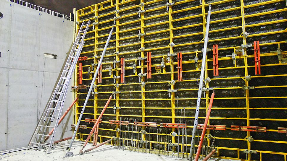 Kevyt DOMINO-seinämuotti soveltuu erinomaisesti tunneleihin, joissa ei ole mahdollista käyttää nosturia.