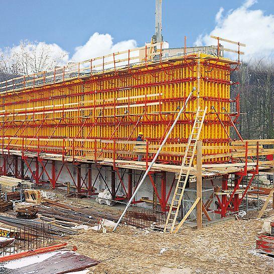 Kostel svatého Canisia: Flexibilní nosníkový stěnový bednicí systém VARIO GT 24 vyhovoval plně jak pro výšku betonáže, tak i pro požadovanou kvalitu povrchu i modul spínání.