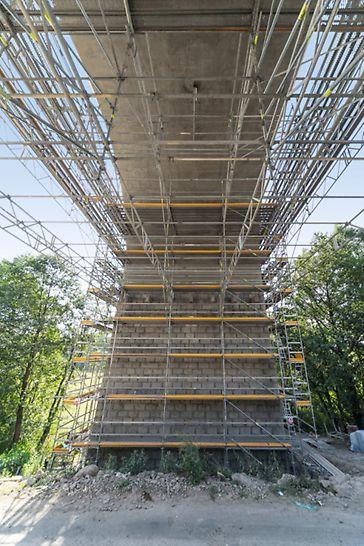 Sanace viaduktu, Ostrov nad Oslavou: Výška lešení pro sanaci dosahovala místy až 22 m a příhradovými nosníky bylo překlenováno rozpětí 14 m. Pro správnou funkci a přístup k pilířům muselo být téměř každé patro lešení vyztuženo diagonálami UBK. Zde bylo využito variability systému PERI UP Flex.
