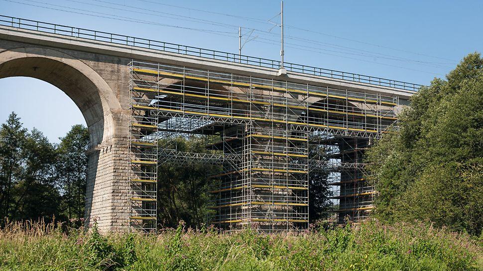 Sanace viaduktu, Ostrov nad Oslavou: Rekonstrukce viaduktu se systémem VARIOKIT a lešením PERI UP Flex.
