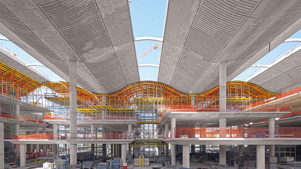 Správní budova banky Ciudad de Buenos Aires: Pro vytvarování vlnité střešní konstrukce sloužily pojízdné stropní stoly na plošinách z PERI UP.