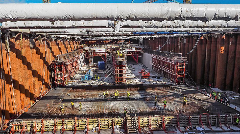 Für die doppelröhrigen Tunnelsegmente schalt und betoniert das Baustellenteam jeweils zuerst Bodenplatte und Wände in einem Guss, nachfolgend dann die Decken mit zwei VARIOKIT Schalwagen. Unter anderem sorgt der geringe Arbeitsraum im Trockendock für Herausforderungen.