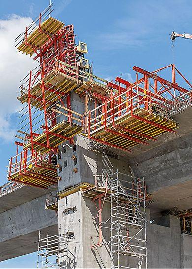 Deskowanie samowspinające RCS do wykonania pylonów mostu.