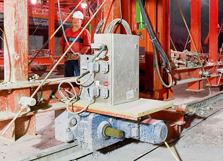 Objízdný tunel Soči: Elektrický pohon zaručoval bednicímu vozu rychlý a komfortní pohyb vpřed.