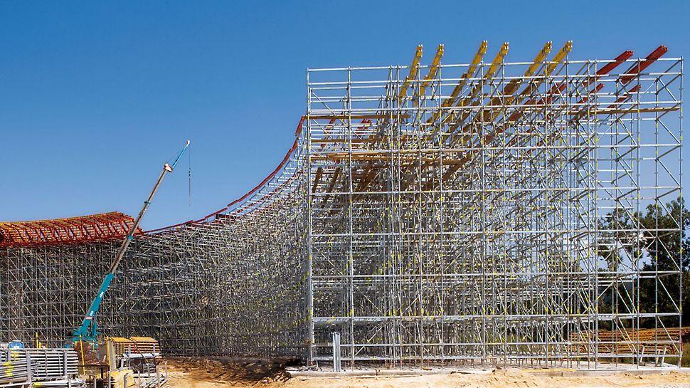 Ansamblu de poduri pe Autostrada D1, Slovacia - Înălțimea eșafodajului de susținere realizat din schelă PERI UP este de aproximativ 15 m.