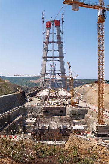 Dritte Bosporus-Brücke, Istanbul, Türkei - Die PERI ACS Kletterschalung passt sich den sich verjüngenden Pfeilergrundrissen von Takt zu Takt an.
