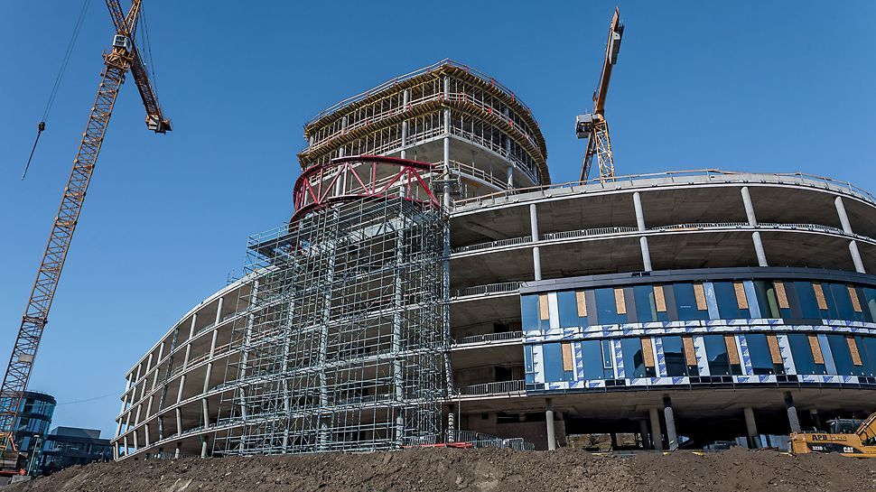 Administrativní a kancelářská budova Dynamica, Praha Přesahující ocelová konstrukce podepřená na výšku 20 m systémem lešení PERI UP Rosett.