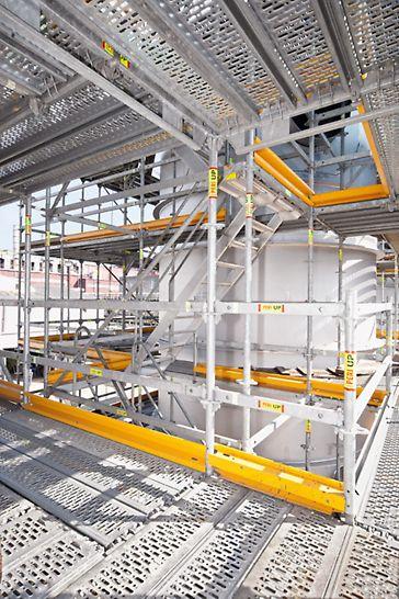 Biocel Paskov: Krátké výstupy: přístupová technika byla začleněná do konstrukce lešení - s pomocí 75 cm širokých schodišťových ramen.