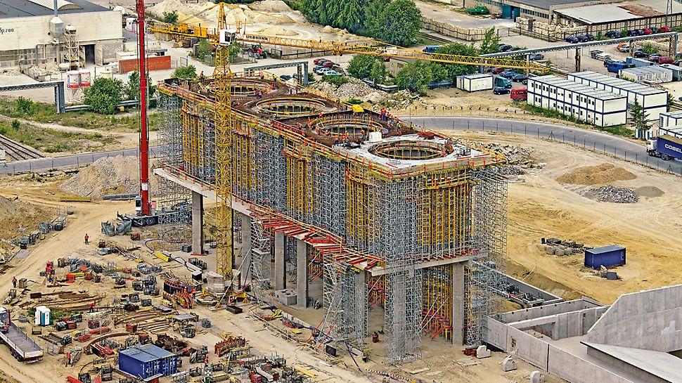 Elektrárna Belchatow: Čtyři železobetonové prstence o vnitřním poloměru 6 m slouží k umístění ocelových nádrží pro sorpční prostředek vysokých 55 m.