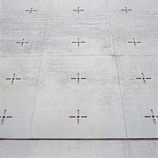 Kostel svatého Canisia: Matrice přibité na překližku vytvořily v betonu naprosto bezchybný otisk.