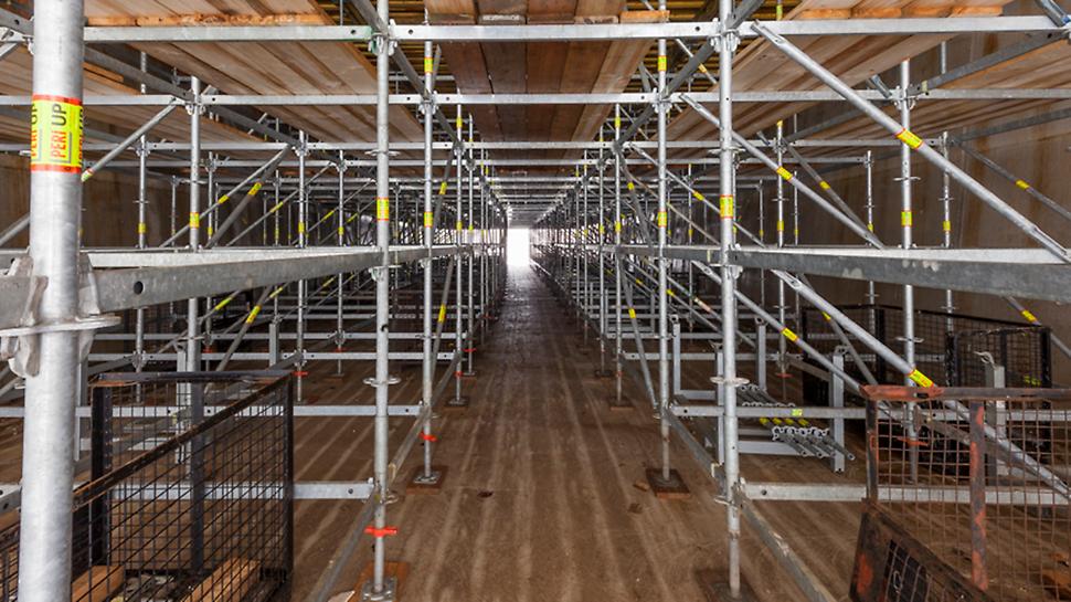 De dekken zijn gerealiseerd door middel van het modulaire PERI UP Rosett Flex ondersteuningssysteem.