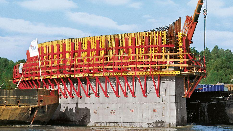 Además de muros en edificios en altura, los módulos VARIO GT 24 se utilizan a menudo en obras de ingeniería, en este caso para la pila de un puente.