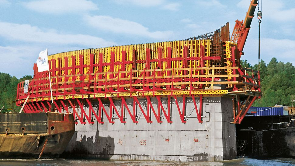VARIO GT 24 elementer har et utal af anvendelsesmuligheder inden for anlægsarbejde, såsom brosøjler som vist på billedet her.
