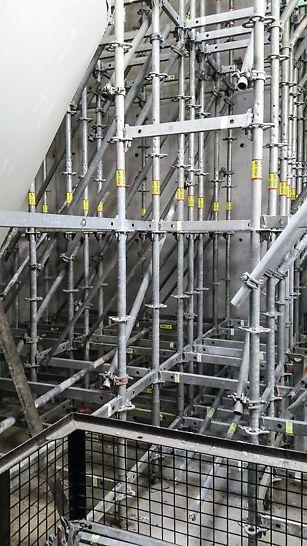 Medzizásobník slinku s expedičnou hubicou, Ladce - Podopretie debnenia šikmej stropnej dosky bolo realizované pomocou podperného lešenia PERI UP. Pri debnení vysokých stropov boli použité podperné veže ST 100.