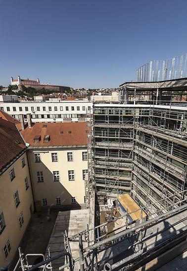 Staromestská offices, Bratislava, Slovensko - Projekt Staromestská offices predstavuje polyfunkčný objekt so 14.000m² administratívnych priestorov a 1.500m² priestorov pre obcho a služby. Stavba má atraktívnu polohu v starom meste a vypĺňa chýbajúce nárožie Veternej a Staromestskej ulice