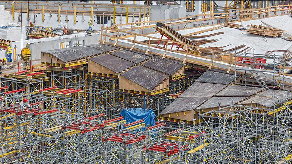 Deskowanie wysokich ścian kompleksu kinowego. Zastosowanie na całej powierzchni rusztowań PERI UP pozwoliło na bezpieczne i szybkie prowadzenie robót .