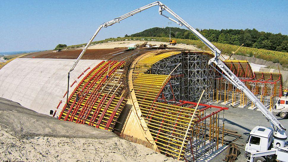 Wildwechselbrücke Zehun, Tschechien - Die 10 m langen Betonierabschnitte wurden im Pilgerschrittverfahren (Betonieren auf Lücke) hergestellt.