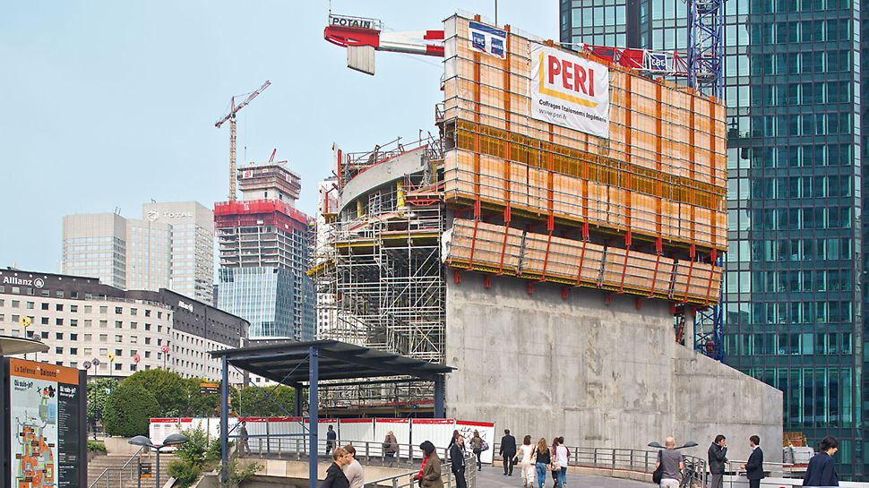 """Hotel Mélia, La Défense: Částí odvážné koncepce novostavby a sanace """"La Défense 2015"""" byl jak hotel Mélia (v popředí), tak také 195 m vysoký Tour Majunga (vzadu se šplhavým bedněním ACS)."""