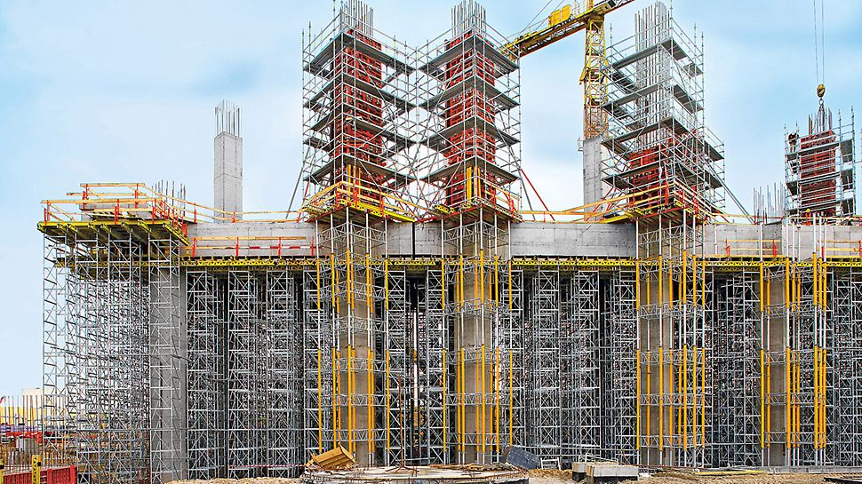 Power plant Belchatow, Poland - The 1.40 x 1.40 m column cross-sections were formed with TRIO. For the reinforcement work and forming operations, PERI UP reinforcement scaffold – supported on MULTIPROP towers – provide maximum safety.