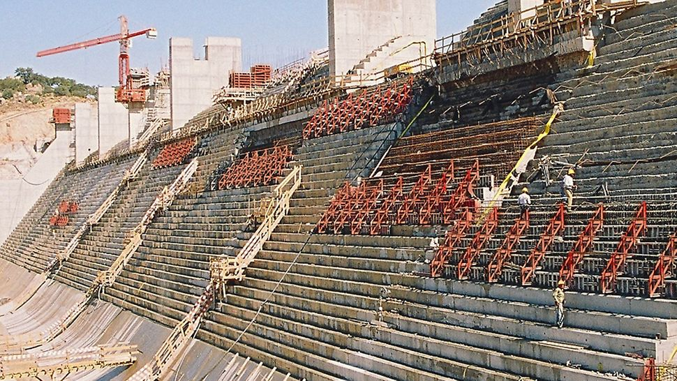 Barragem de Pedrógão - Vista geral do paramento jusante em fase de recobrimento de betão convencional.